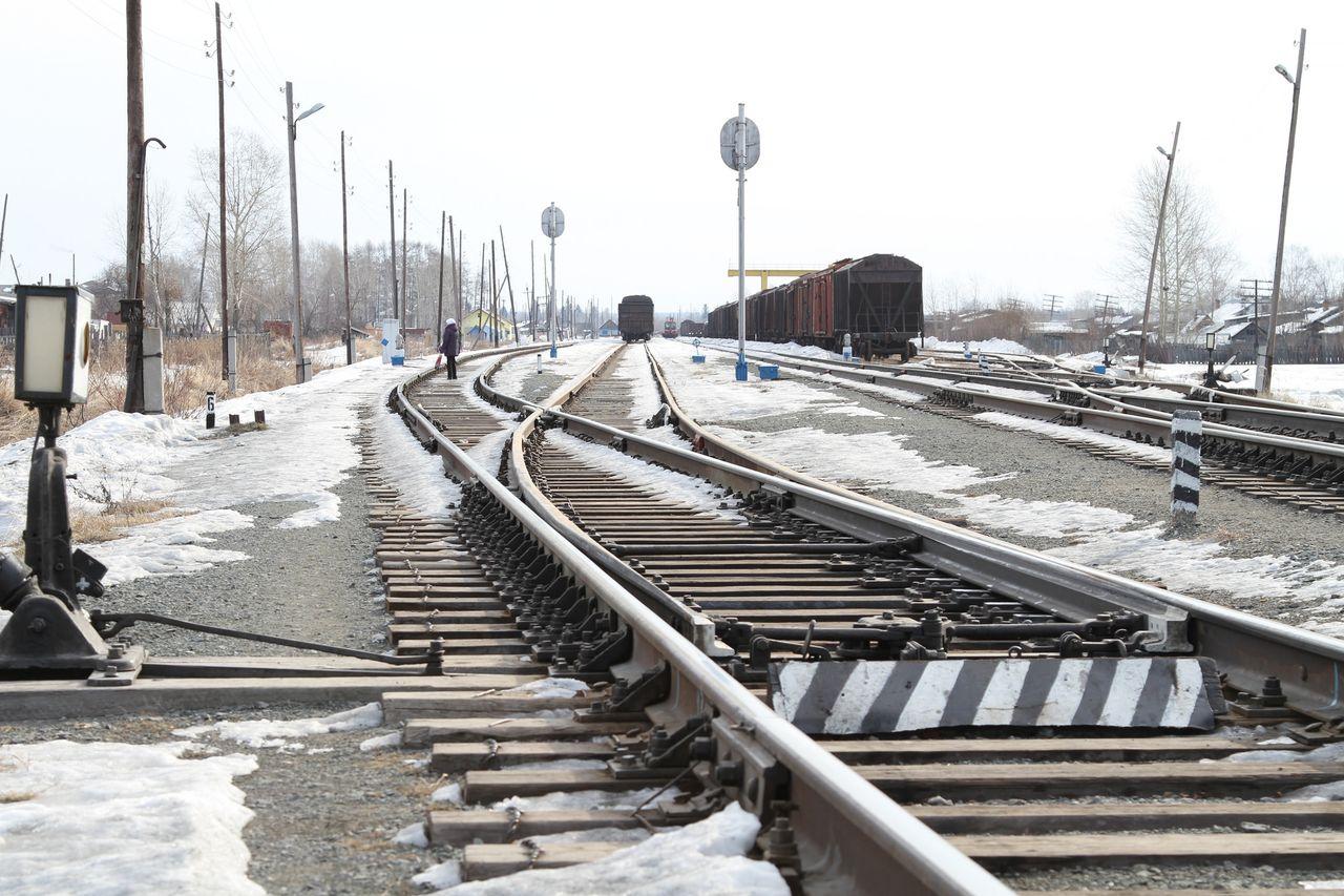 Происшествия    Мужчина «захотел посмотреть торможение поезда» и... положил на рельсы шпалу