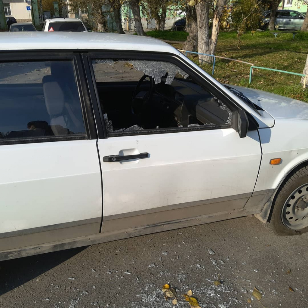 В Серове неизвестные разбили несколько машин. Пострадал автомобиль актера театра драмы